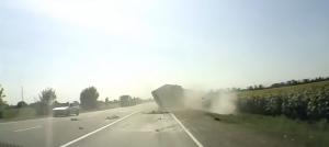 คลิปรถสิบล้อขาโหดซิ่งชนรถชาวบ้าน