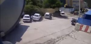 คนกำลังออกจากรถและเห็นรถบรรทุกกำลังไหลลงมาพอดี