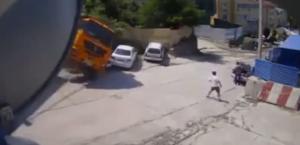 ชายที่วิ่งออกจากรถรอดตายอย่างหวุดหวิด