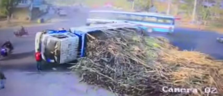 รถบรรทุกชานอ้อยแหกโค้งหญิงชรารอดตายหวุดหวิด