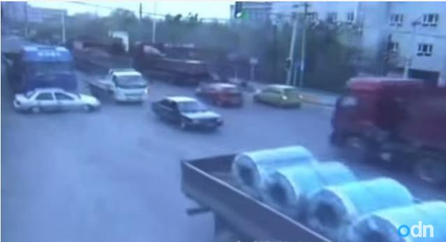 พี่จีนโหด!ขับรถสิบล้อชนรถเก๋งและพยายามเหยียบซ้ำ