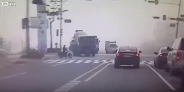 ชะตาขาด! รถบรรทุกหักหลบมอไซค์จนเสียหลักทับเก๋งเละ!!! 2