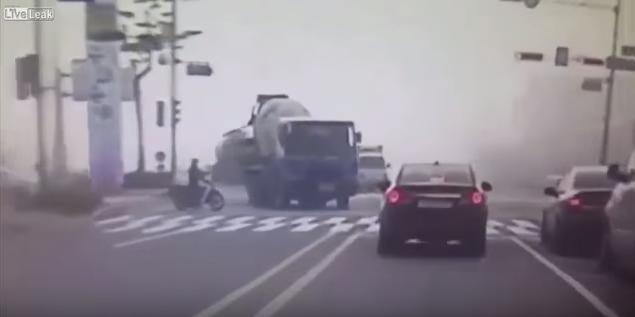 ชะตาขาด! รถบรรทุกหักหลบมอไซค์จนเสียหลักทับเก๋งเละ!!! 3