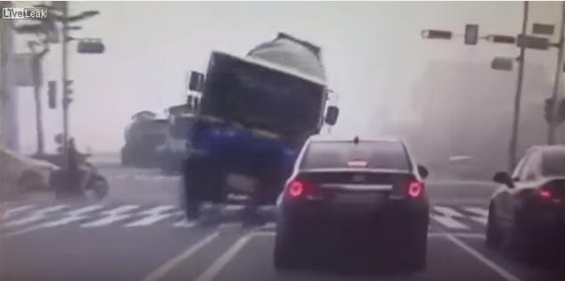ชะตาขาด! รถบรรทุกหักหลบมอไซค์จนเสียหลักทับเก๋งเละ!!! 4