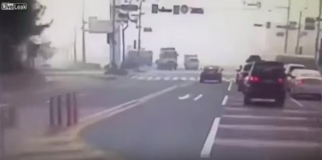 ชะตาขาด! รถบรรทุกหักหลบมอไซค์จนเสียหลักทับเก๋งเละ!!!