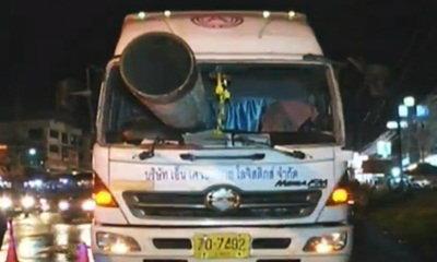 รอดหวุดหวิด! รถบรรทุกเหยียบเบรก ท่อเหล็กยักษ์ทะลุ