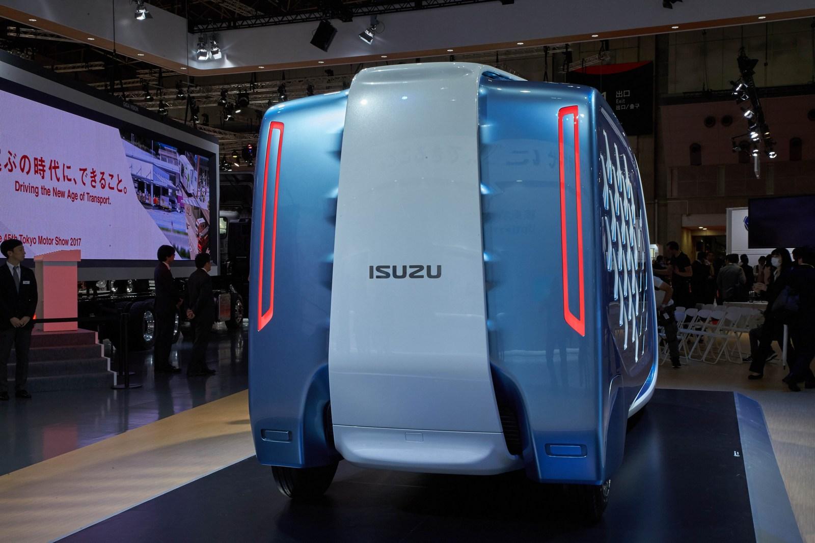 ด้านท้าย รถบรรทุก isuzu Concept truck มาพร้อมไฟแนวยาวล้ำยุค